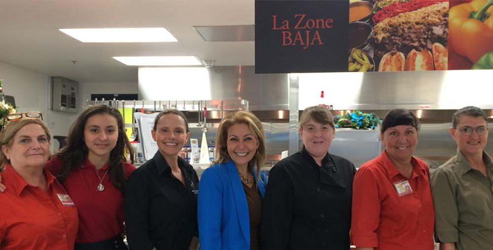 De gauche à droite : Francine Brisson; Nesrine Iddir, élève; Marie-Josée Corbin, Gérante du service alimentaire; Mme Linda Méchaly, directrice adjointe du Collège Saint-Louis; Linda Aubin; Linda Fréchette et Sylvie Cuciniello.